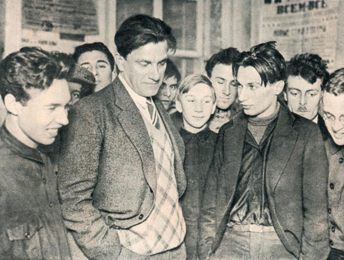 Рис. 5. Владимир Маяковский на своей выставке «20 лет работы», 1930 год