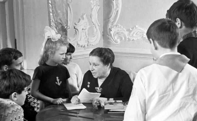 Рис. 6. Агния Барто беседует с юными читателями