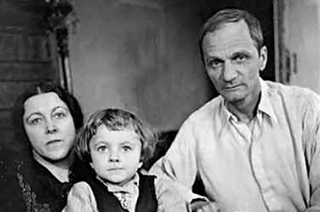 Рис. 5. Андрей Платонов с женой и дочкой Машей
