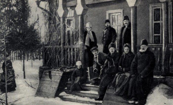 Рис. 6. Антон Чехов с семьей на крыльце мелиховского дома