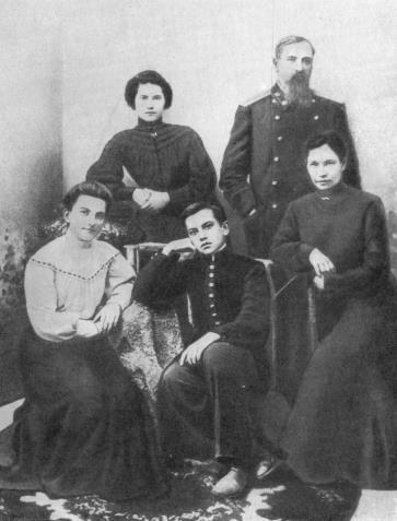Рис. 7. Семья Маяковских, Кутаиси, 1905 год