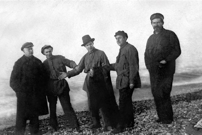 Рис. 6. Сергей Есенин (в центре) на Кавказе