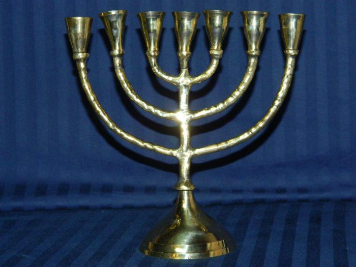Рис. 3. Менора - древнейший символ иудаизма