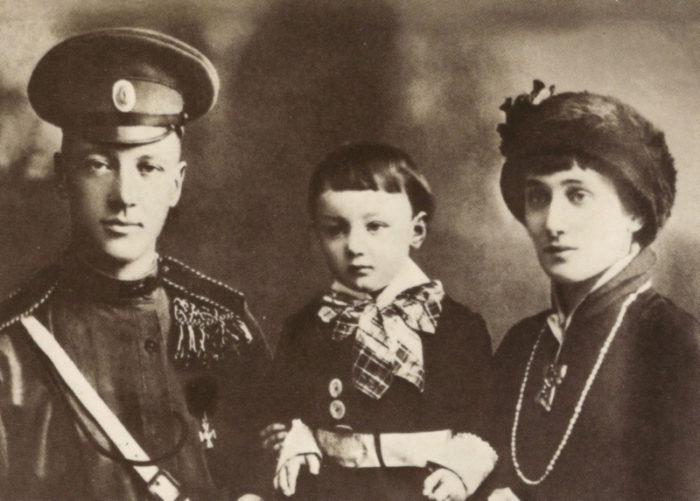 Рис. 3. Анна Ахматова с мужем Н. С. Гумилевым и сыном Львом