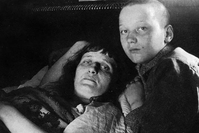 Рис. 4. Анна Ахматова с сыном Львом Гумилевым