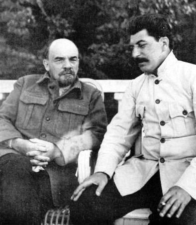 Рис. 4. В. И. Ленин и И. В. Сталин в Горках. 1922 год