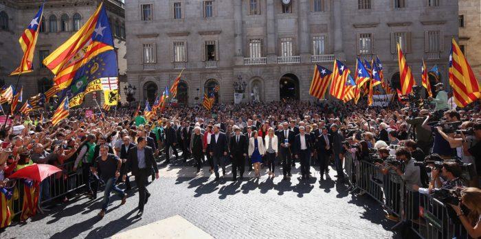 Рис. 6. Глава и 700 мэров Каталонии на встрече по подготовке референдума о независимости. 2017 год
