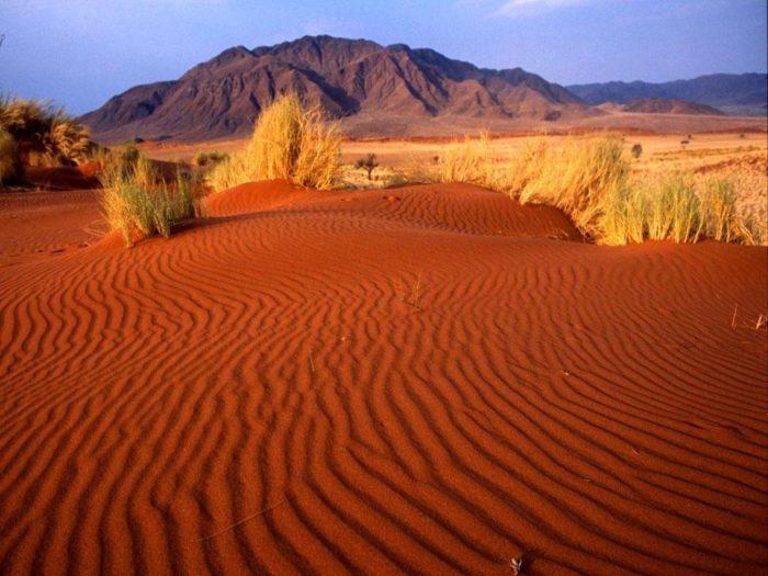 Рис. 4. Горы и песок как пример неживой природы
