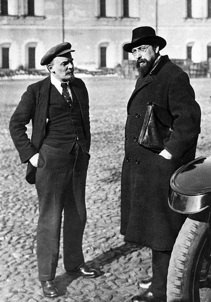 Рис. 6. В. Ленин у стен Московского Кремля рядом с личным секретарем - Бонч-Бруевичем. 16 октября 1918 года