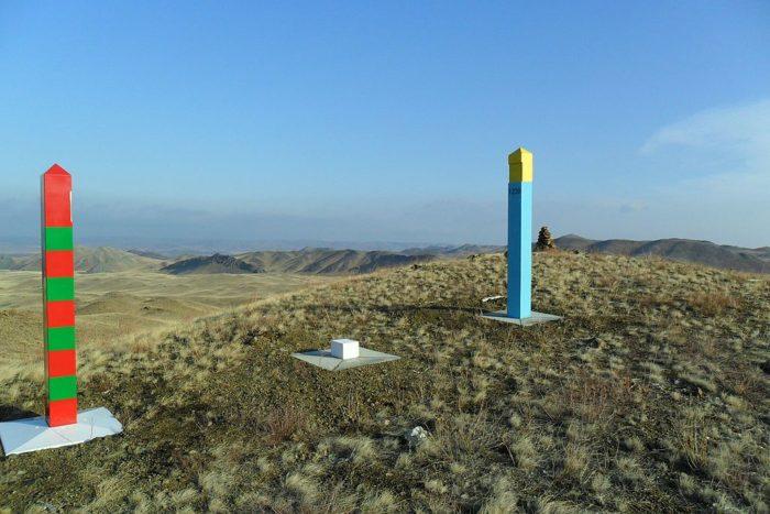 Рис. 5. Пограничный знак на российско-казахстанской границе