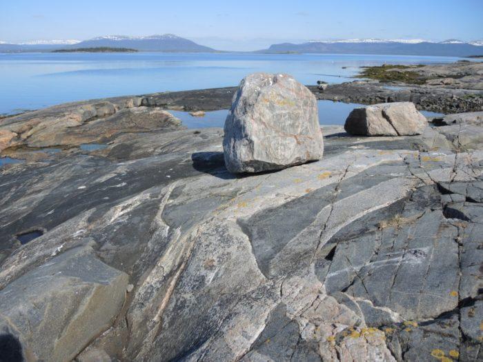Рис. 5. Вода и камни как пример неживой природы