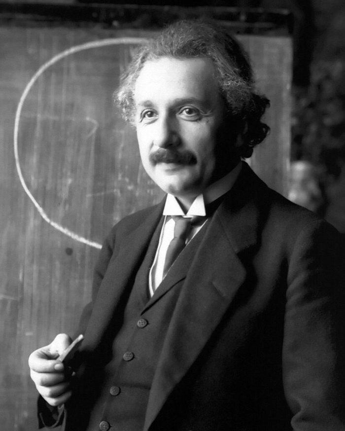 Рис. 1. Альберт Эйнштейн. Во время чтения лекции (Вена, 1921)