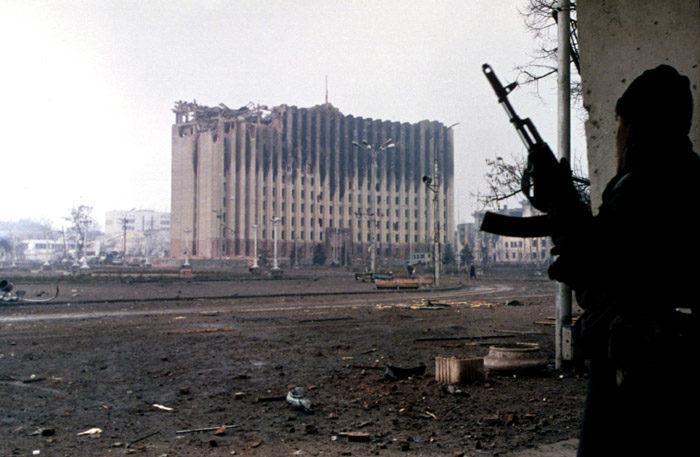 Рис. 1. Бои вокруг здания бывшего республиканского комитета КПСС в Грозном, январь 1995 года