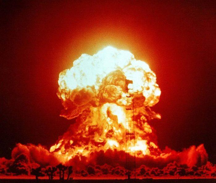 Рис. 1. Взрыв однофазной ядерной бомбы мощностью 23 кт. Полигон в Неваде. 1953 год