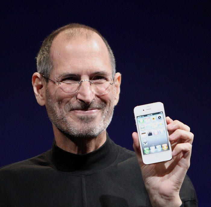 Рис. 4. Джобс демонстрирует смартфон iPhone 4 на Worldwide Developers Conference в 2010 году