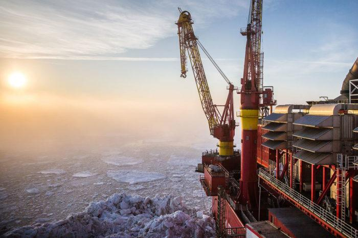 Рис. 1. Добыча нефти в Печорском море