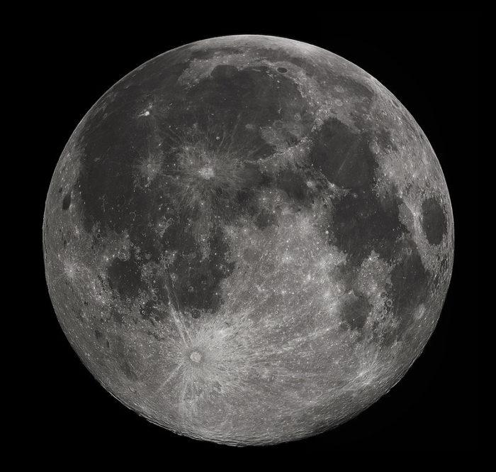 Рис. 1. Луна - естественный спутник Земли
