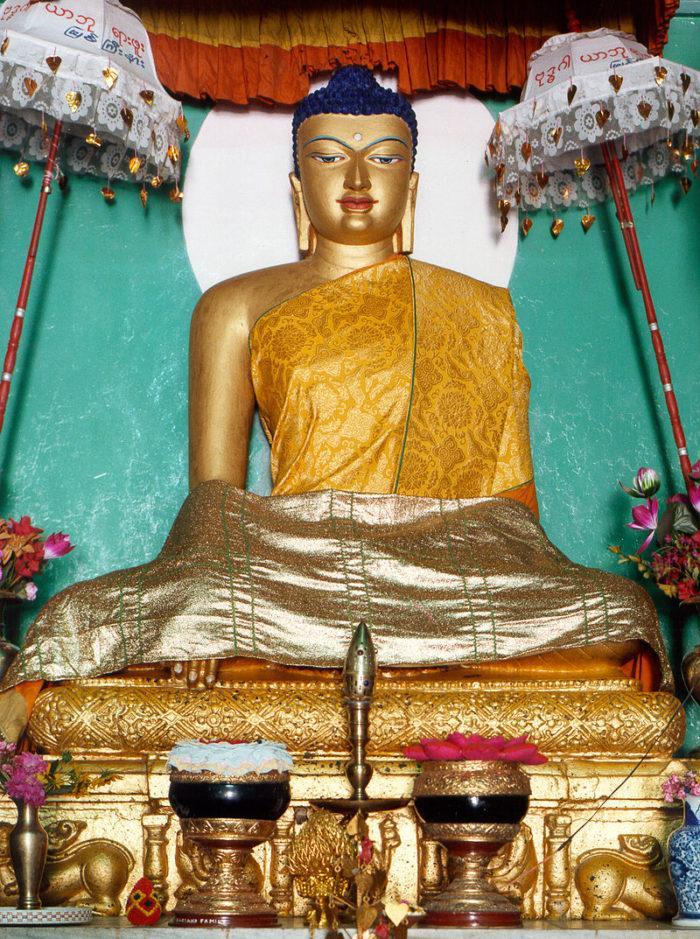 Рис. 1. Статуя Сиддхартхи Гаутамы в Бодх-Гае. Индия