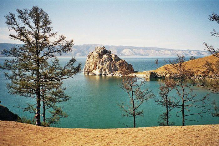 Рис. 1. Шаман-скала на острове Ольхон, озеро Байкал