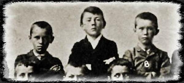Рис. 2. Адольф Гитлер (в центре) с одноклассниками. 1900 год