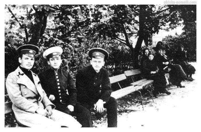 Рис. 2. Гимназист К. Г. Паустовский (крайний слева) с друзьями