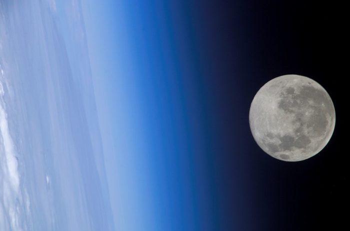 Рис. 4. Луна с борта МКС 24 февраля 2005 года