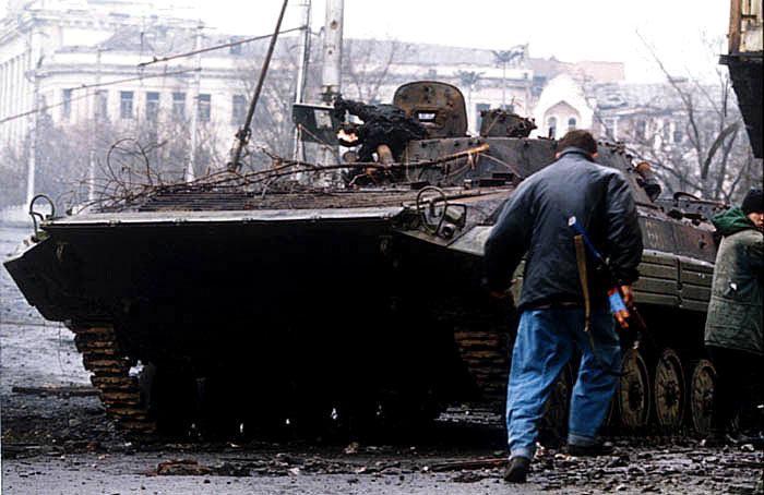 Рис. 2. Уничтоженная российская БМП в Грозном, январь 1995 года