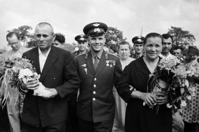 Рис. 2. Юрий Гагарин с родителями