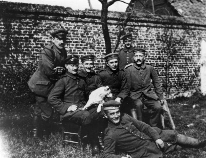 Рис. 3. Адольф Гитлер среди сослуживцев (сидит справа). 1914 год