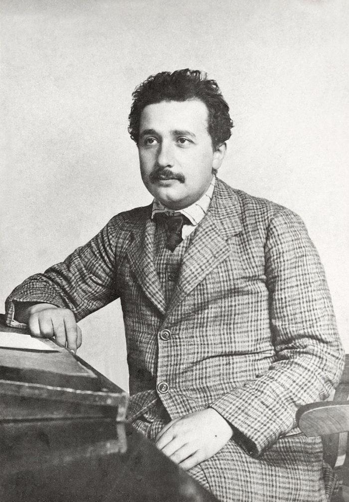 Рис. 3. Альберт Эйнштейн в патентном бюро. 1905 год