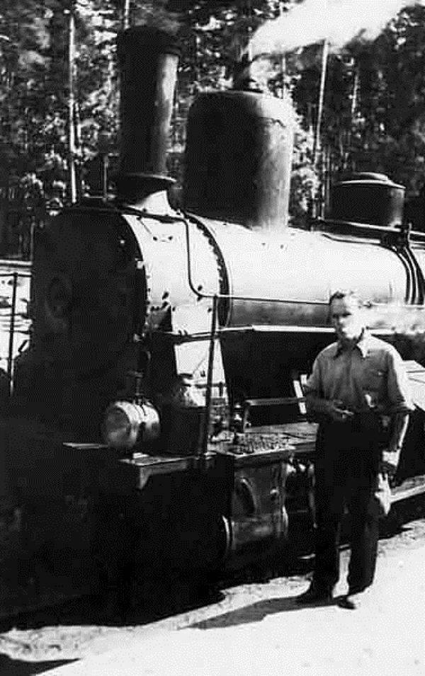 Рис. 4. К. Г. Паустовский на узкоколейке Рязань — Тума в Солотче. 1930 годы