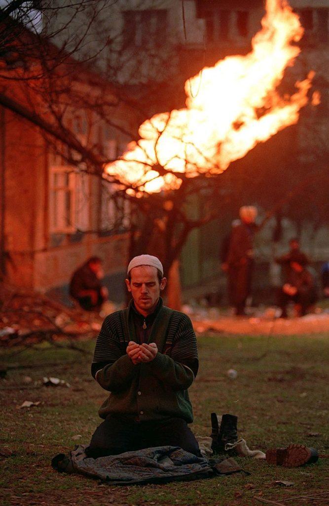 Рис. 3. Чеченец молится в Грозном, январь 1995 года