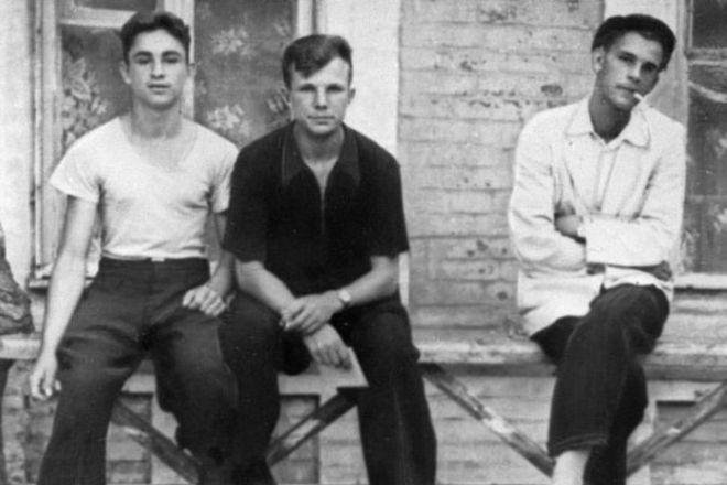 Рис. 3. Юрий Гагарин (в центре) - учащийся Саратовского индустриального техникума с друзьями. 1953 год