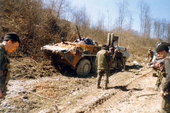 Рис. 4. Российский БТР, подбитый чеченскими боевиками в бою у Жани-Ведено, март 2000 года