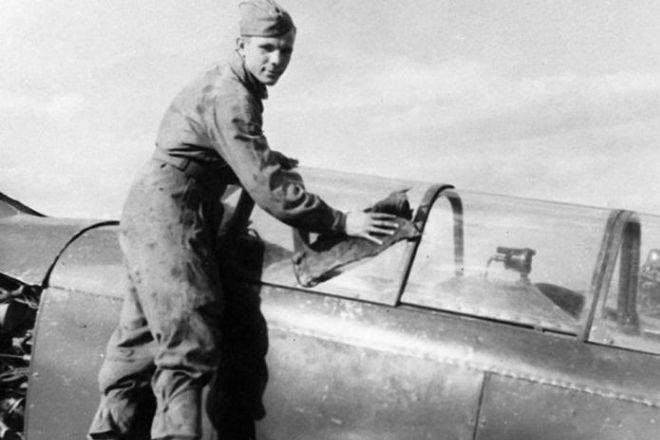 Рис. 4. Юрий Гагарин протирает свой самолет в аэроклубе ДОСААФ города Саратова. 1954 год