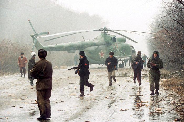 Рис. 5. Вертолет, сбитый чеченскими боевиками, декабрь 1994 г. Фото Михаила Евстафьева