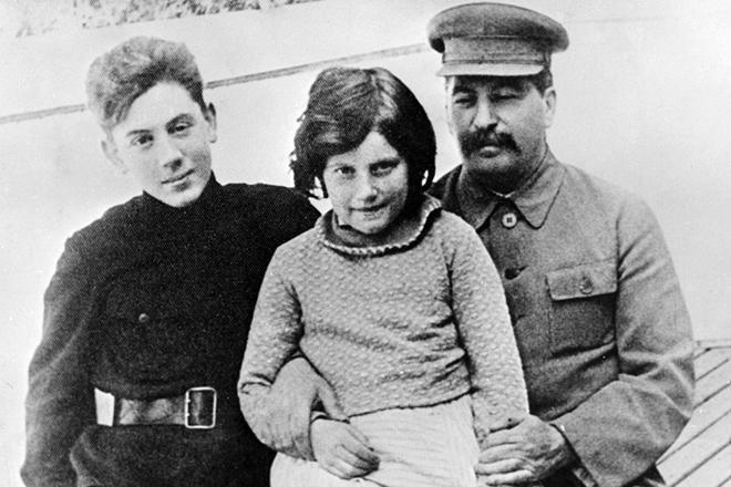 Рис. 5. Иосиф Сталин с сыном Василием и дочерью Светланой