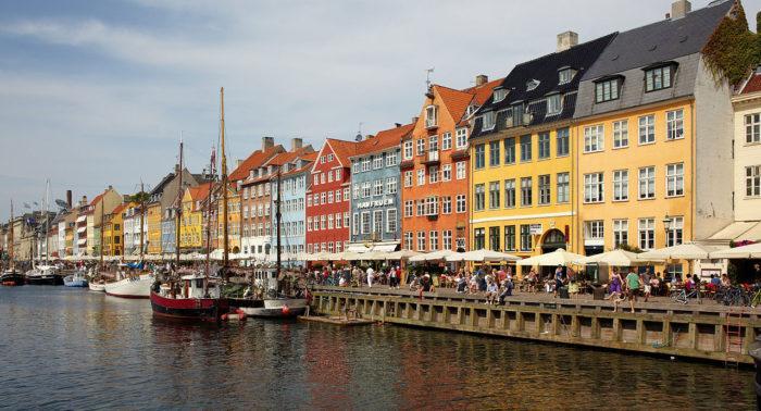 Рис. 5. Нюхавн - порт XVII века, канал и место отдыха в Копенгагене