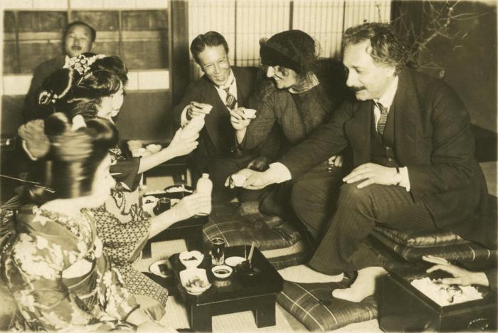 Рис. 6. Эйнштейн с женой в Японии, ноябрь-декабрь 1922 года