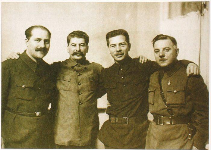 Рис. 6. Каганович, Сталин, Постышев, Ворошилов. 1934 год
