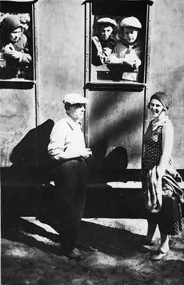 Рис. 6. К. Г. Паустовский и В. В. Навашина-Паустовская на узкоколейке в Солотче. Конец 1930-х годов
