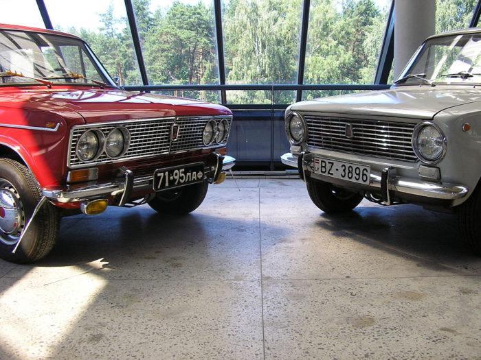 Рис. 6. Первые модели ВАЗа — ВАЗ-2103 и ВАЗ-2101 в мотор-музее в Риге