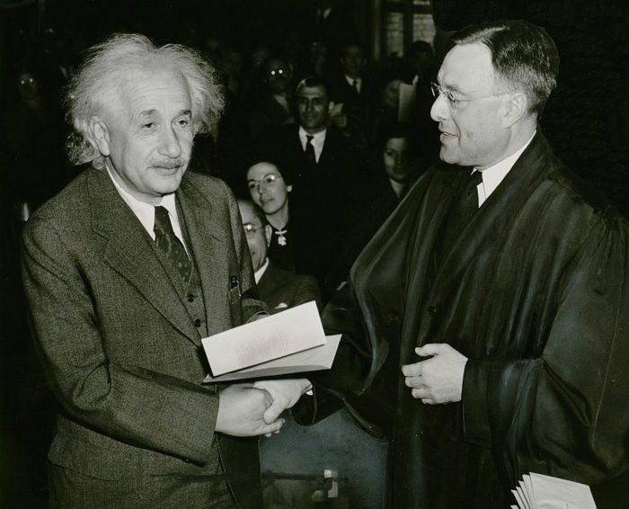 Рис. 7. Эйнштейн получает сертификат об американском гражданстве. 1940 год