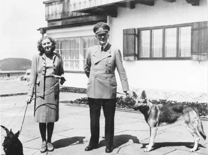 Рис. 7. Адольф Гитлер и Ева Браун со своими собаками в резиденции Бергхоф