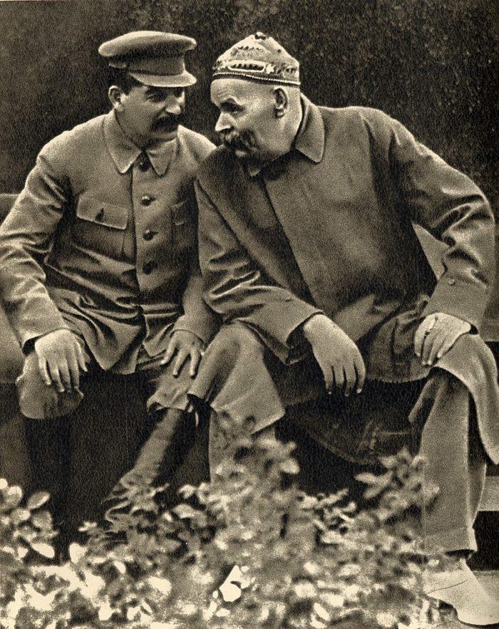 Рис. 8. Иосиф Сталин и Максим Горький в скверике на Красной площади. 1931 год