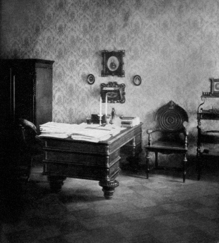 Рис. 7. Рабочий кабинет писателя в последней квартире в Петербурге