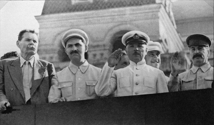 Рис. 9. Горький, Каганович, Ворошилов, Сталин на трибуне Мавзолея, 1931 год
