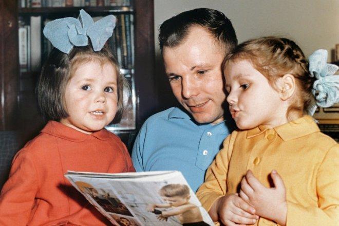 Рис. 8. Юрий Гагарин с дочерьми