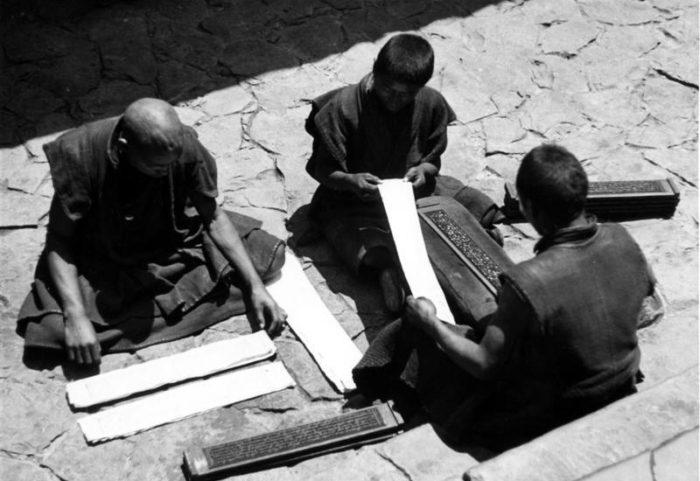 Рис. 2. Печатание книг с досок в тибетском монастыре. Шигадзе. 1938 год
