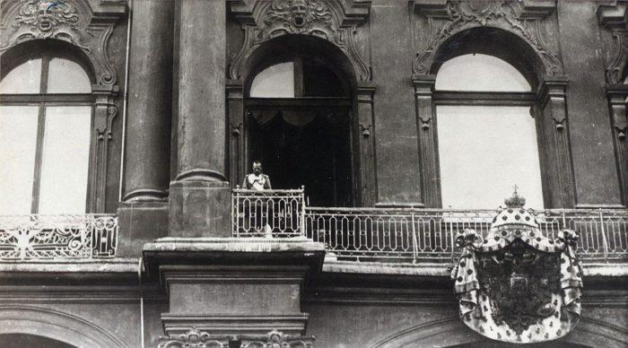 Рис. 3. Николай II объявляет о начале войны с Германией с балкона Зимнего дворца